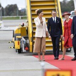 Victoria y Daniel de Suecia con el Presidente de Alemania y su esposa en el aeropuerto de Arlanda