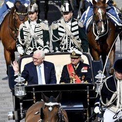Carlos Gustavo de Suecia y el Presidente de Alemania en un coche de caballos