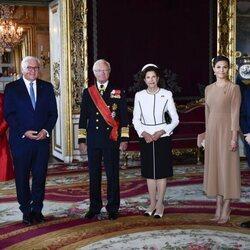Carlos Gustavo y Silvia de Suecia y Victoria y Daniel de Suecia con el Presidente de Alemania y su esposa en la bienvenida por su Visita de Estado a Suecia
