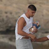 Javier Tudela con su bebé en brazos en Ibiza