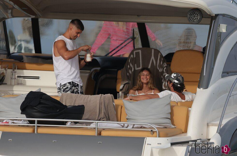 Javier Tudela preparando un biberón a su bebé en Ibiza