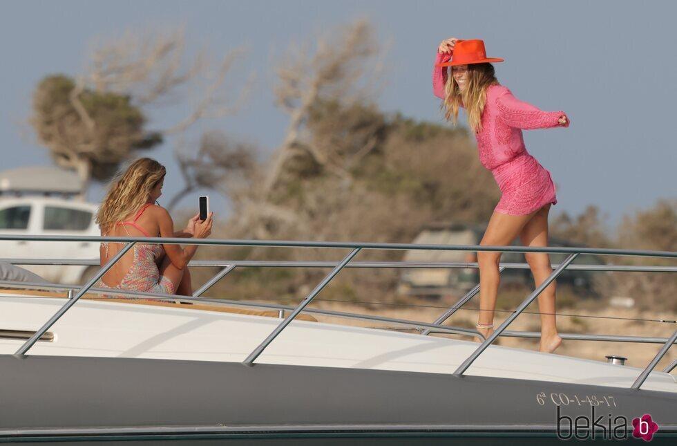 Makoke haciendo fotos a su hija Anita Matamoros en Ibiza