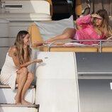 Anita Matamoros con su cuñada en Ibiza