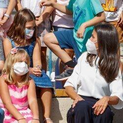 La Reina Letizia con unas niñas en la apertura del curso escolar 2021/2022 en Zuera