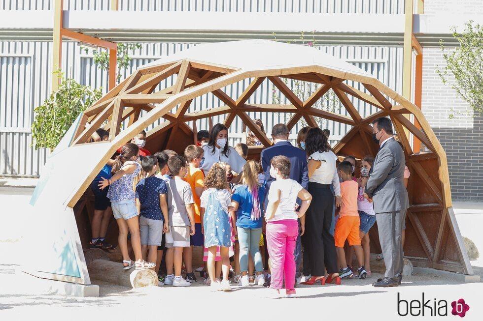 La Reina Letizia con unos escolares en la apertura del curso escolar 2021/2022 en Zuera