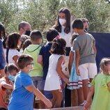 La Reina Letizia, entre niños en la apertura del curso escolar 2021/2022 en Zuera