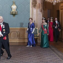 Carlos Gustavo de Suecia con Frank-Walter Steinmeier, Silvia de Suecia con Elke Büdenbender y Victoria y Daniel de Suecia en la cena de gala al Presidente