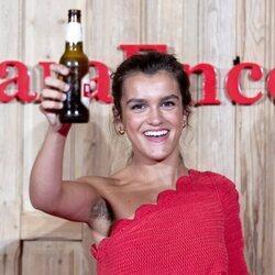 Amaia Romero brinda con cerveza en la presentación de un anuncio
