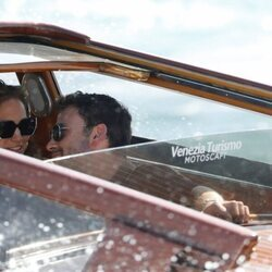Jennifer Lopez y Ben Affleck compartiendo miradas en su llegada a Venecia