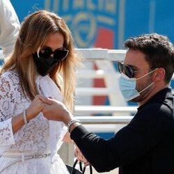 Ben Affleck ayudando a Jennifer Lopez a bajar de una lancha en Venecia