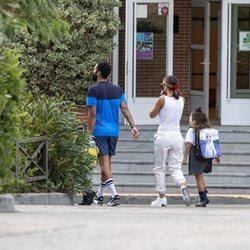 Ezequiel Garay y tamara Gorro entrando al colegio de sus hijos en su primer día de curso