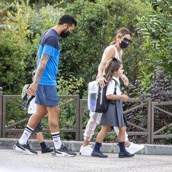 Tamara Gorro y Ezequiel Garay llevan a sus dos hijos a su primer día de colegio
