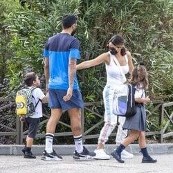 Ezequiel Garay y Tamara Gorro llevan a sus dos hijos a su primer día de colegio