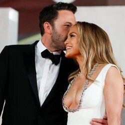 Ben Affleck besa con cariño a Jennifer Lopez en el Festival de Venecia 2021
