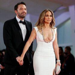 Jennifer Lopez agarra con cariño a Ben Affleck en el Festival de Venecia 2021