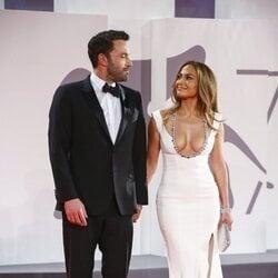 Ben Affleck y Jennifer Lopez se miran con cariño en el Festival de Venecia 2021
