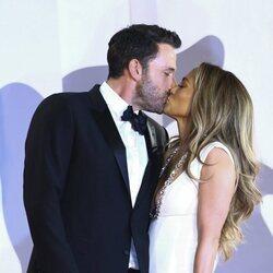 Ben Affleck y Jennifer Lopez se besan en el Festival de Venecia 2021