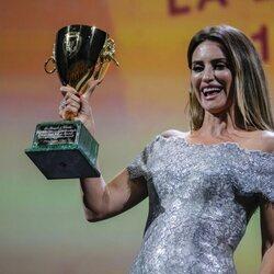 Penélope Cruz con la Copa Volpi en el Festival de Venecia 2021