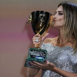 Penélope Cruz besa la Copa Volpi en el Festival de Venecia 2021