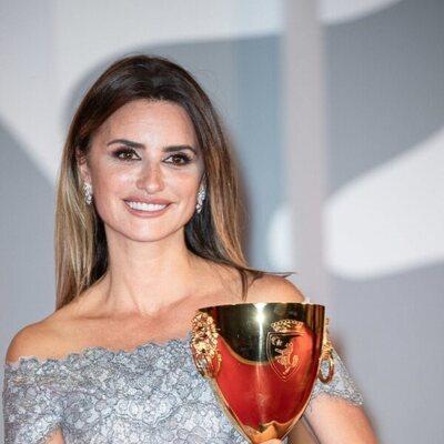 Penélope Cruz sostiene su Copa Volpi en el Festival de Cine de Venecia 2021