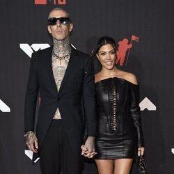 Travis Barker y Kourtney Kardashian en los MTV VMAs 2021