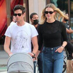 Joshua Kushner y Karlie Kloss paseando a su hijo por Nueva York