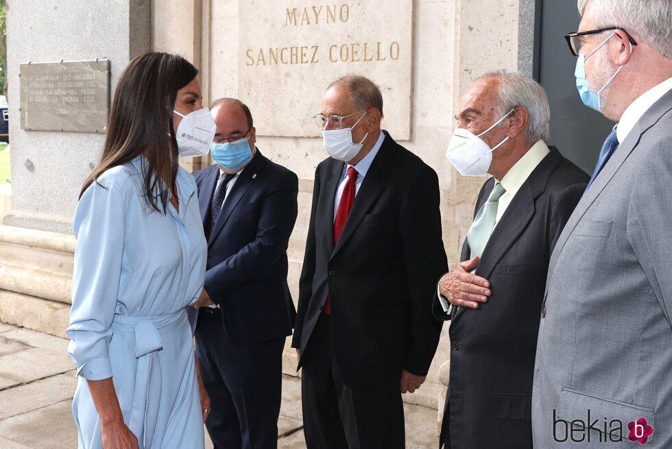 La Reina Letizia saluda a Carlos Zurita en la inauguración de la exposición 'Cuarenta años de amistad. Donaciones de la Fundación Amigos del Museo del Pra
