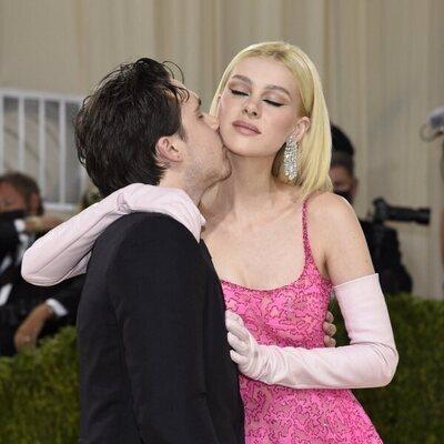 Brooklyn Beckham y Nicola Peltz de Valentino en la MET Gala 2021
