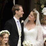 Flora Ogilvy y Timothy Vesterberg se dedican una tierna mirada en su boda