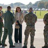 Kate Middleton saluda a militares en la base de Brize Norton