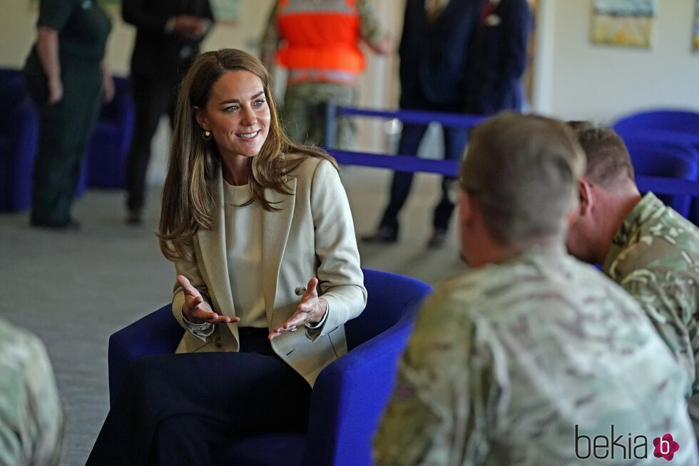 Kate Middleton con militares de la RAF en Brize Norton