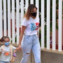 Irene Rosales dando un paseo con su hija Ana