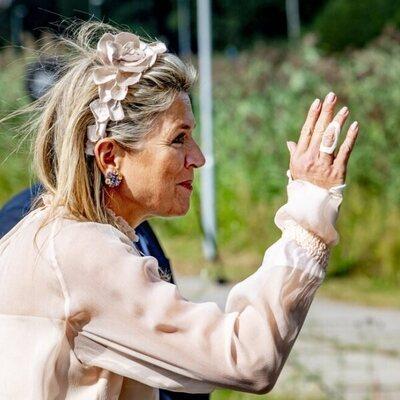 Máxima de Holanda con la mano vendada