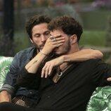 Jesús Oviedo (Gemeliers) llorando junto a Canales Rivera durante la segunda gala de 'Secret Story'