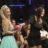 Fiama entregando su bola a Emmy Russ durante la segunda gala de 'Secret Story'