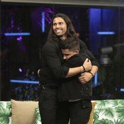 Luca Onestini y Miguel Frigenti abrazándose durante la segunda gala de 'Secret Story'