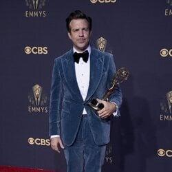 Jason Sudeikis posa con su Emmy 2021