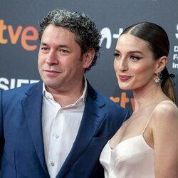 María Valverde y Gustavo Dudamel en el photocall de 'Distancia de rescate' en el Festival de San Sebastián 2021