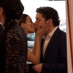 María Valverde y Gustavo Dudamel besándose en el Festival de San Sebastián 2021
