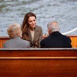 Kate Middleton escucha a un superviviente del Holocausto en un barco en Cumbria
