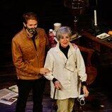 Concha Velasco con su hijo Manuel en su despedida del teatro
