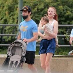 Joe Jonas y Sophie Turner con su hija Willa en brazos de paseo