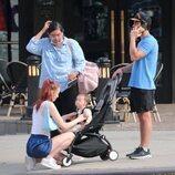 Sophie Turner atiende a su hija en un paseo con Joe Jonas
