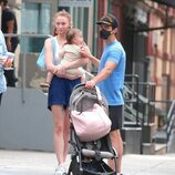 Sophie Turner lleva en brazos a su hija Willa durante un paseo con Joe Jonas