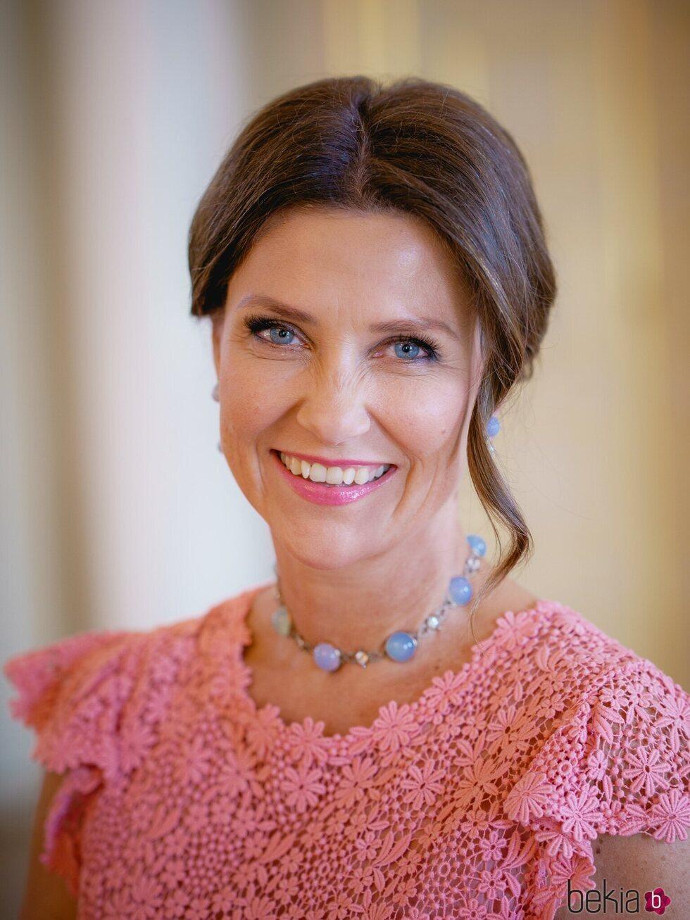 Marta Luisa de Noruega sonríe en su 50 cumpleaños