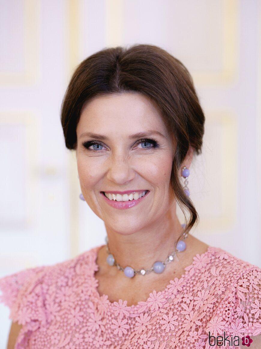Marta Luisa de Noruega posa con una sonrisa en su 50 cumpleaños