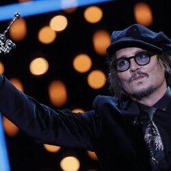 Johnny Depp con su Premio Donostia 2021 en el Festival de Cine de San Sebastián 2021