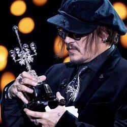Johnny Depp mirando su Premio Donostia 2021 en el Festival de Cine de San Sebastián 2021
