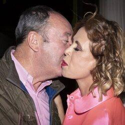 Ágatha Ruiz de la Prada y Luis Miguel Rodríguez 'El Chatarrero' saludándose con un beso en un evento