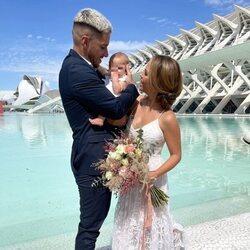 Yoli Claramonte y Jorge Moreno con su hija Jimena el día de su boda